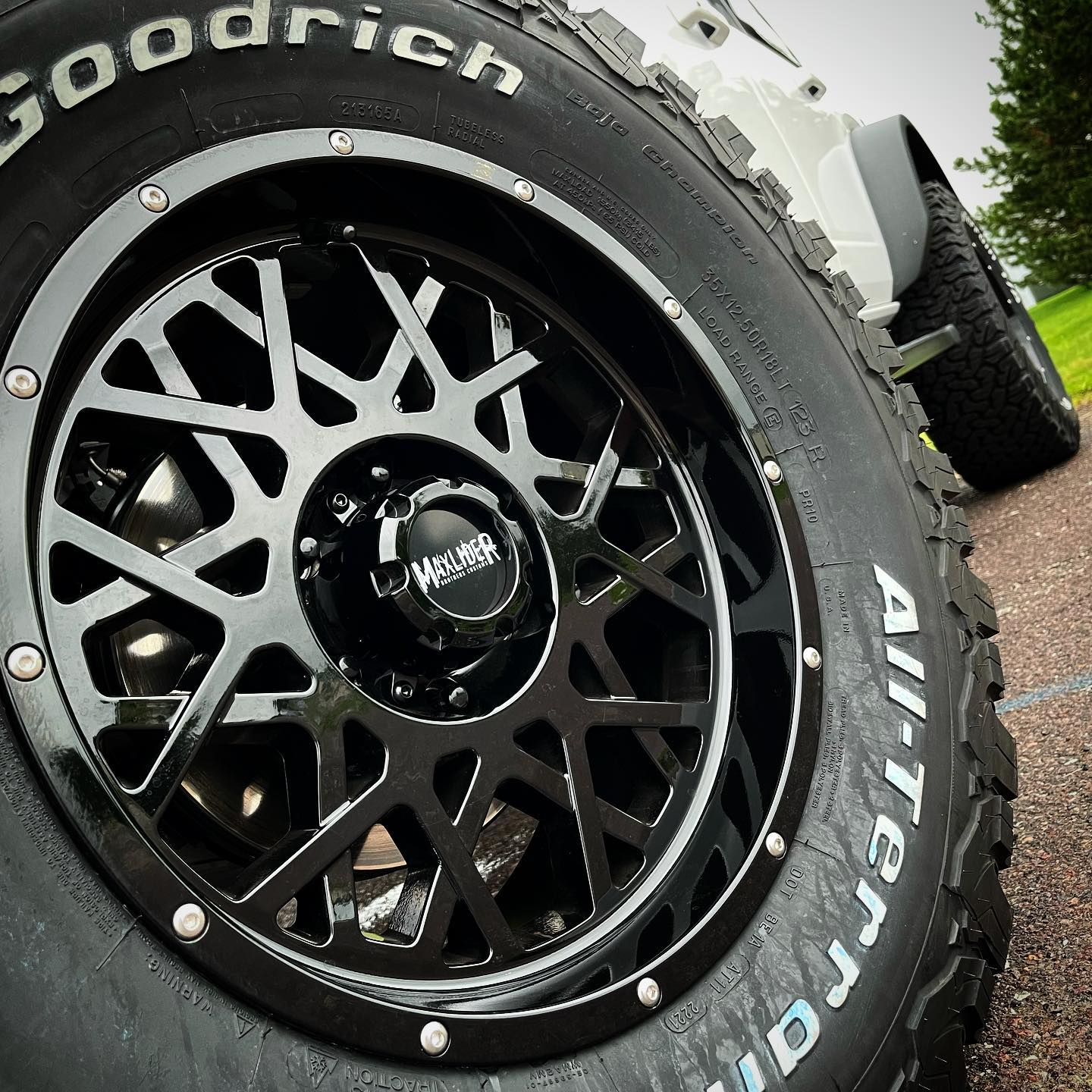 """Maxlider 2021 Bronco Wheels 18x9 with 35x12.5x18"""" KO2 tires 4-Door Outer Banks Oxford White4.jpg"""